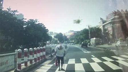 过马路遇车主礼让 老人脱帽鞠躬致谢