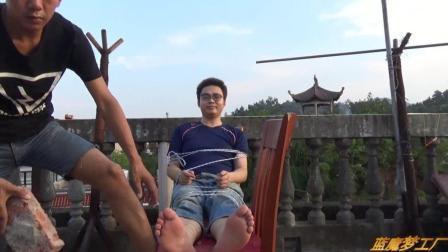 小伙子挑战古时候的酷刑老虎凳, 这感觉太刺激啦