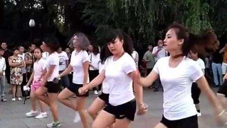 美女们集体跳的广场舞好嗨啊!