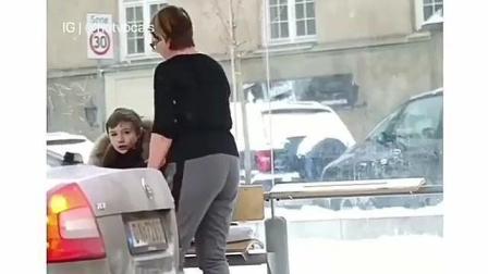 很感动的一个测试  如果一个小男孩什么都没有穿 路人会怎么做