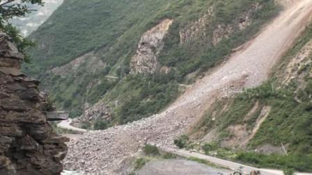 国道213线四川茂县段山体塌方 交通中断,