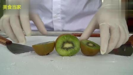 这个炒酸奶冰激凌真实在, 用了一颗大猕猴桃。