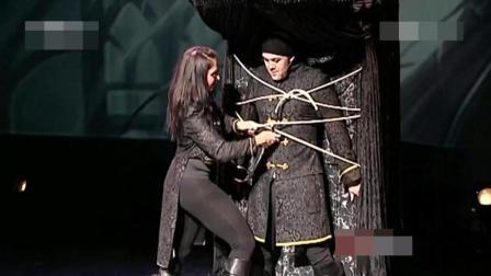 魔术师被一美女用绳子绑了起来, 只用一秒时间就成功逃脱