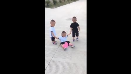 三胞胎弟弟不小心摔跤了, 接下来宝宝们的反应太可爱了!