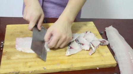 小伙用火锅底料做顿麻辣鱼, 看着就好吃啊!
