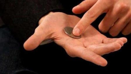 手中的硬币凭空消失, 这个道具刘谦春晚也用过! 原来这么简单
