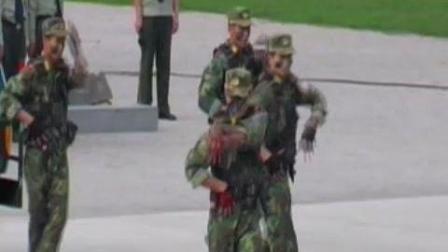 武警战士跳起米高杰克逊的舞蹈