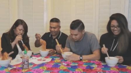 国外一家人吃火鸡面 明明很辣却很开心 火鸡面是有毒吗?