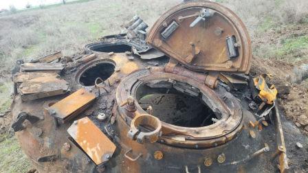 死的最冤的坦克:驾驶员走神撞上高压电线 瞬间丧命火海