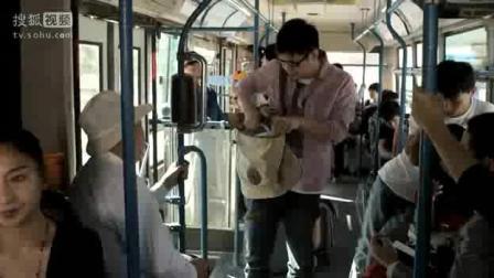 大鹏坐公交忘带钱, 这机智不服不行。这才是刷卡!