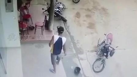 3男子门口聊天, 监控拍到这一画面!