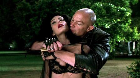 流氓劫持美女欲行不轨 没想到她却是宇宙大魔头 5分钟看完《黑衣人2》