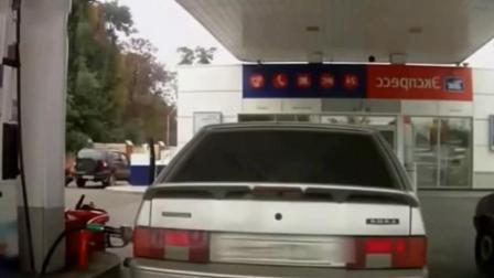 女司机开车加油站加油, 监控拍到那作死一幕