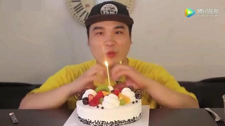 韩国大胃王胖哥吃生日蛋糕, 一口下去满嘴奶油, 吃得好过瘾1