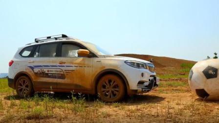 SWM斯威X7用行动告诉你, 原来汽车也可以在泥浆里踢足球!