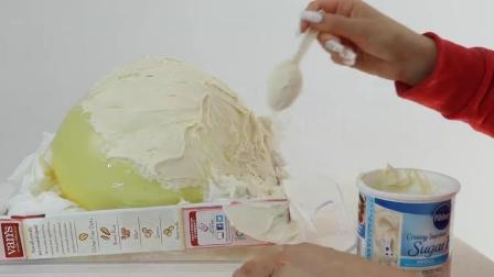 美女把气球做成蛋糕给朋友吃, 朋友一刀下去傻眼了!