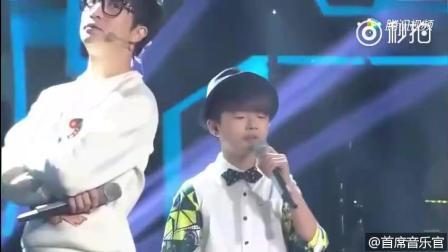 """薛之谦与小男孩合唱《演员》好听爆了! 哈哈! 小孩子就是不""""合拍""""薛之谦你能怎么样吧"""