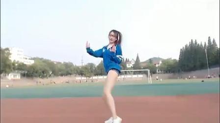 美女校园操场热舞表演, 引同学校友围观拍照!