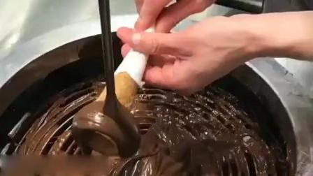 实拍国外冰淇淋店售价3美金的甜筒制作过程, 有点贵但很值