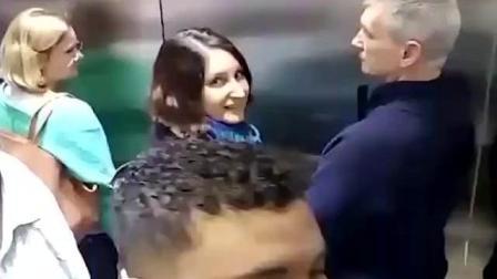 爆笑恶搞: 小哥恶搞电梯放屁, 路人的表情亮了