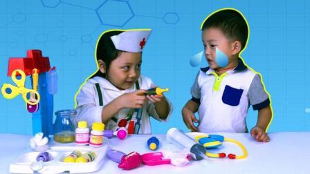 小护士帮受伤的宝宝擦伤口, 打针止痛, 过家家医生打针玩具