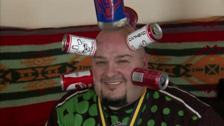 男子头部可吸住任何瓶子, 靠此技能日赚数千美元