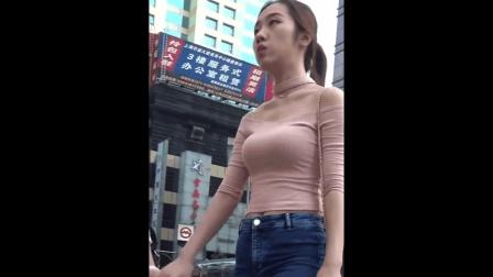 街拍: 和闺蜜一起逛街的女神, 身材很不错!