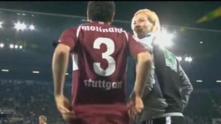足球比赛囧事瞬间: 女裁判盯着男运动员换衣然后捂着嘴大笑