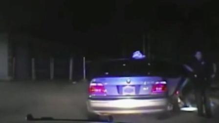 美国女子被警员当众搜查下体 事发片段曝光