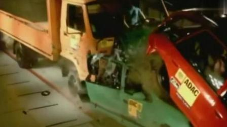 大货车追尾两辆小汽车, 瞬间把小汽车撞成铁饼, 车上的人必死无疑