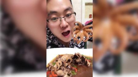 连云港土豪哥吃迷你八爪鱼, 红烧的肉质Q弹, 蘸汤汁吃起来真是美味!