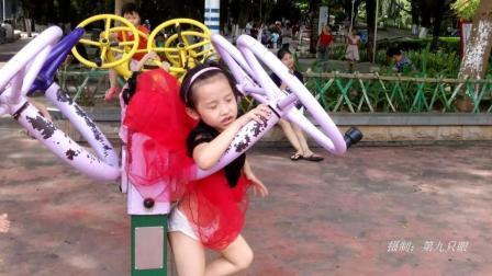 小女孩的裙子被健身器材挂住了, 顽皮的她这下要哭了呢