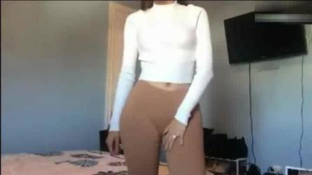 屁股大的女生穿紧身裤, 看着尴尬的很, 都勒出印了