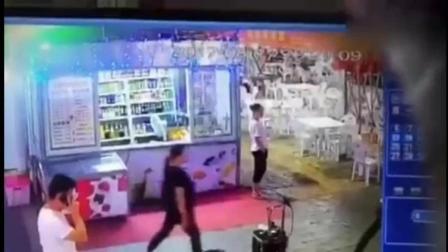 女网红夜市唱歌遇流氓 母女二人连遭殴打