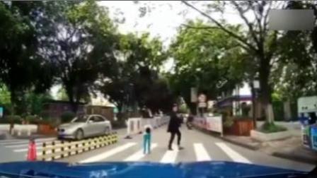 司机斑马线前停车礼让行人 孩子鞠躬致谢