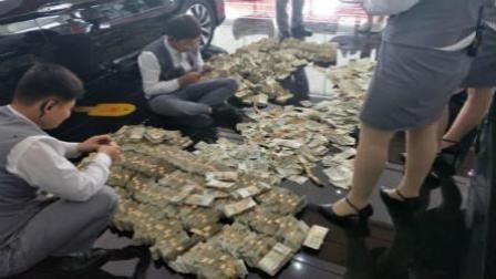 美女提13万一元钞票买车 店员数钱到手抽筋