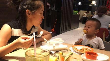 中国农村美女和萌娃吃播 必胜客吃披萨 抹茶冰激凌蛋糕 宝宝吃胡萝卜和鸡肉蘑菇汤