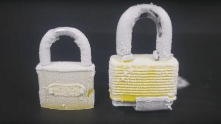 零下100度冰冻过的锁, 用锤子砸会发生什么?