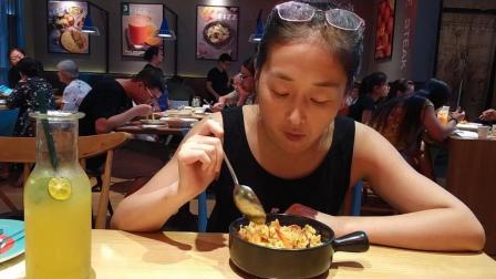 中国吃播 近视眼大胃王美女杭州宝龙城菲滋吃三鲜炒饭VS必胜客炒饭 土豆薄披萨