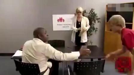 美女护士在桌子底下勾引帅哥, 结局笑抽了!