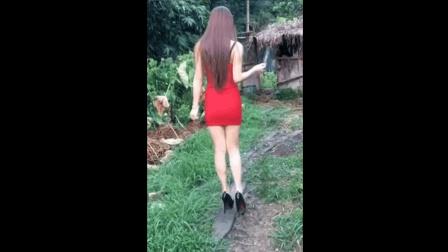 厉害了, 美女穿这么性感的连衣裙高跟鞋就敢去荒