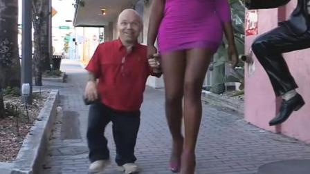 身高只有1米2的举重运动员, 却有一个2米的女友, 结吻时都要抱着!