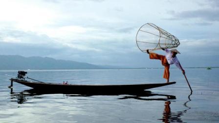 缅甸男人 只用单脚划船捕鱼 83