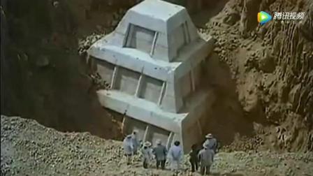 考古人员挖出神秘古墓, 发现里面有巨蛇