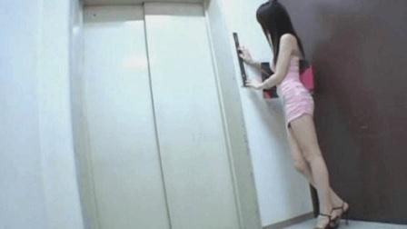 美女正等着做电梯回家, 监控拍下没有原因的可怕一幕!