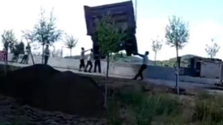 吊车钢丝突然断裂 车下人员被砸翻