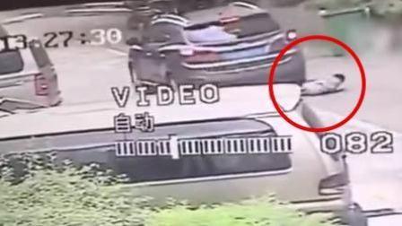 女子停车场开车 车底突然钻出小孩