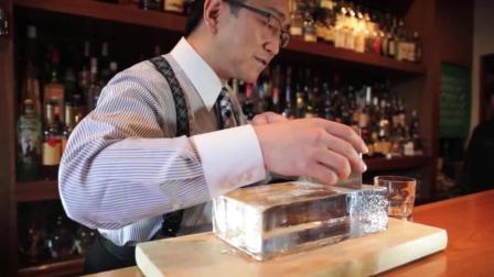 月薪几十万的调酒师是这样削冰的, 装进杯子的一瞬间, 真是透心凉