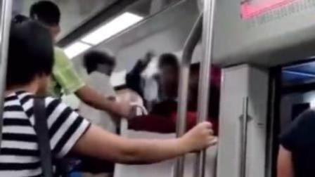 轻轨上起冲突 母女合力殴打红衣女