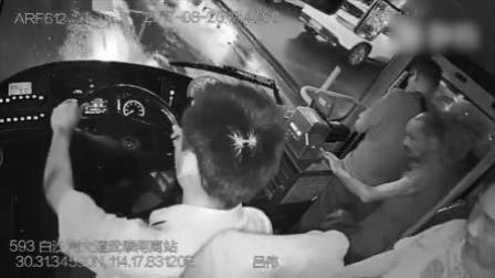 抱孩子没座位 热心司机7次提醒让座